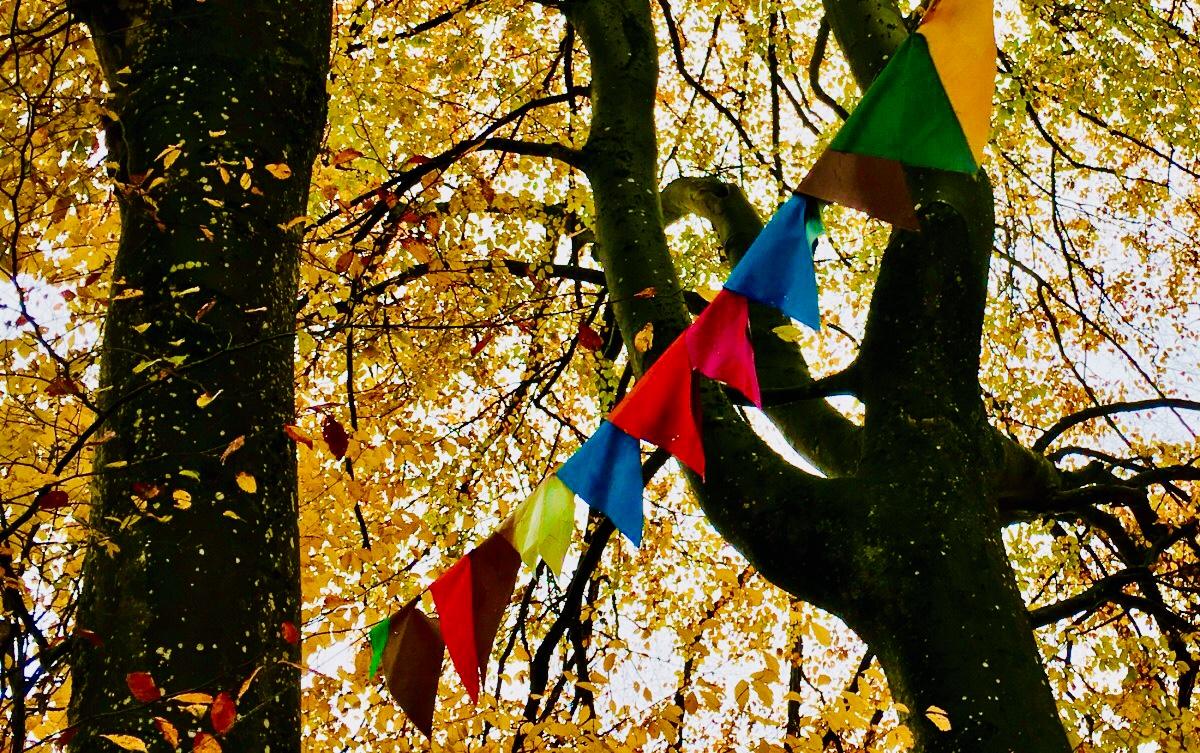 Die Affirmationen werden - den Fürbitten auf Gebetsflaggen gleich - dem Wind anvertraut
