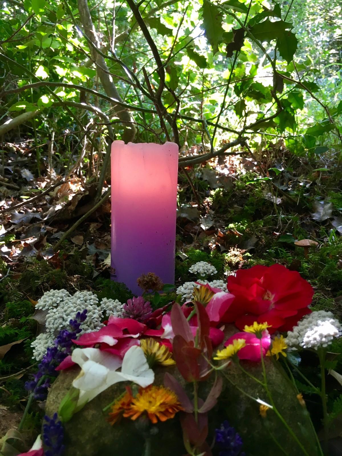 Altar geschmückt mit den letzten Blumen des Spätsommers