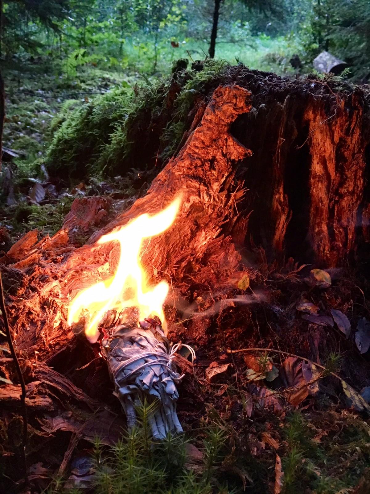 Vorbereiten des Abräucherns vor Ritualbeginn