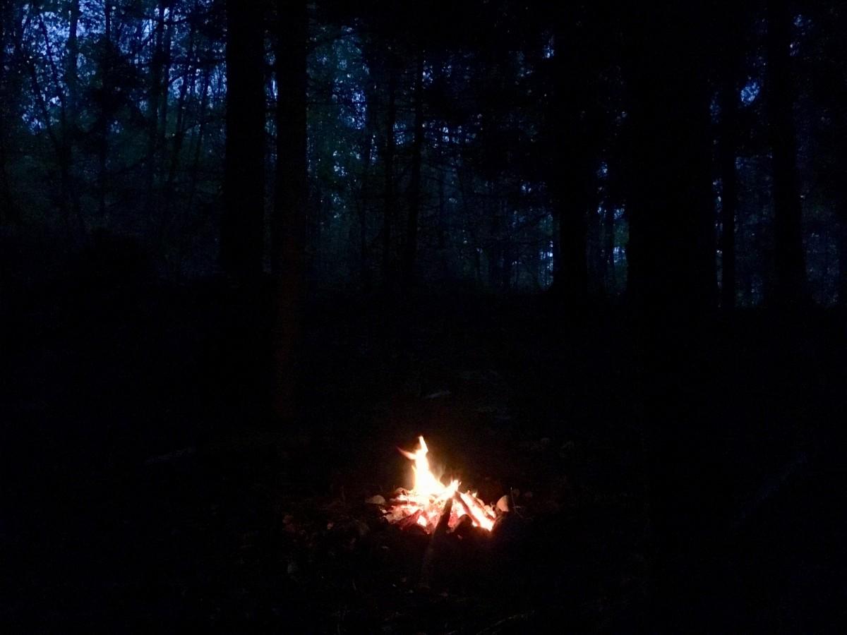 Das Ritualfeuer spendet Licht und Wärme, deutlich spürbar in der Übergangszeit